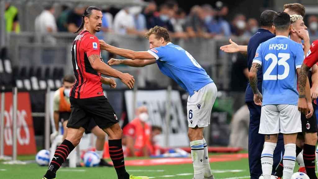 Zlatan Ibrahimovic forcejea con Lucas Leiva en el Milan - Lazio