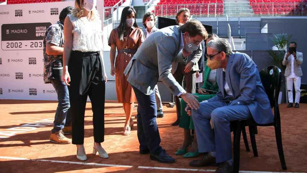 José Luis Martínez-Almeida saluda a Manolo Santana en un acto del Mutua Madrid Open