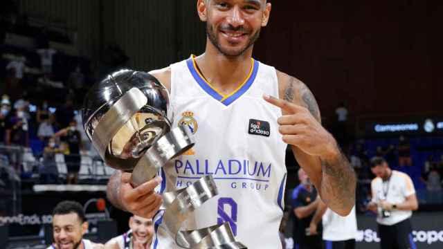 Adam Hanga con el título de la Supercopa Endesa
