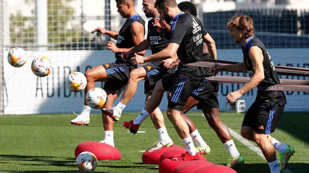 Modric realiza ejercicios en un entrenamiento del Real Madrid
