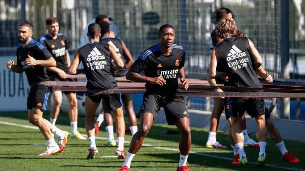 Alaba realiza ejercicios junto a sus compañeros en un entrenamiento