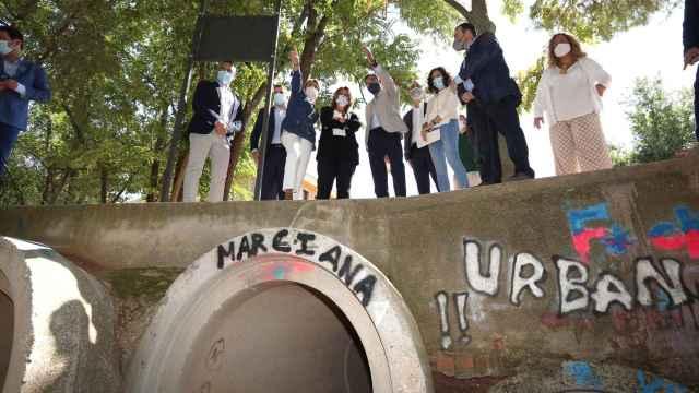 La ministra Teresa Ribera y el resto de autoridades, este viernes en el barrio toledano de Azucaica.