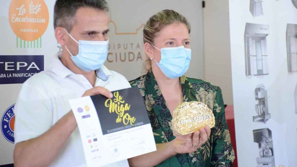 """La alcaldesa de Tomelloso, Inmaculada Jiménez, entrega """"La Miga de Oro"""" al mejor obrador de este año en Castilla-La Mancha"""