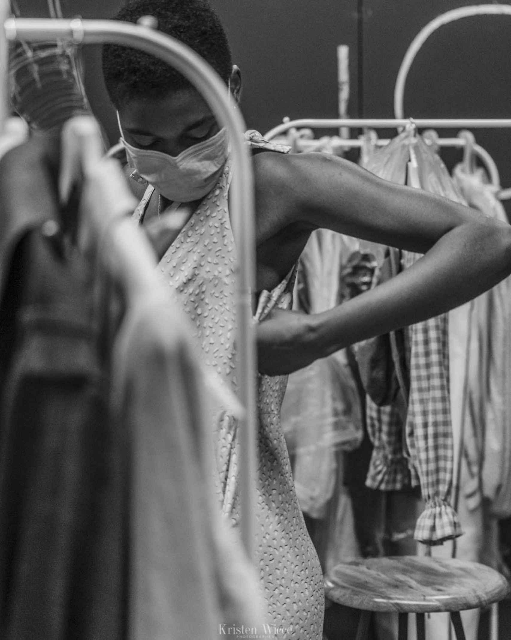 Imagen de una modelo probándose ropa en el CSFW Madrid.