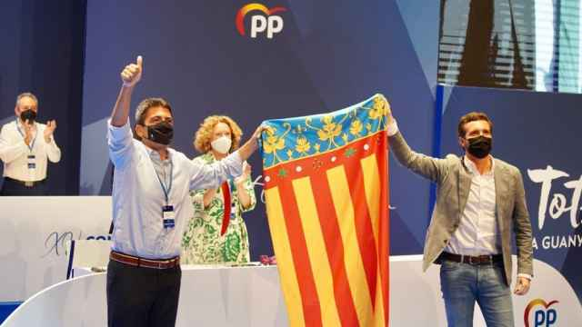 Carlos Mazón, junto a Pablo Casado en el congreso en el que fue elegido presidente del PP valenciano. EE