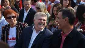 José Vélez, junto a Pedro Sánchez, en un mitin en la plaza de toros de Calasparra en las elecciones autonómicas de 2019.