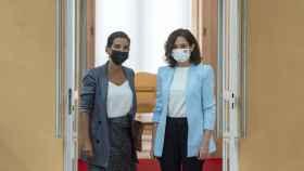 La presidenta de la Comunidad de Madrid, Isabel Díaz Ayuso, junto a la portavoz de Vox en la Asamblea, Rocío Monasterio, en la Real Casa de Correos de Madrid.