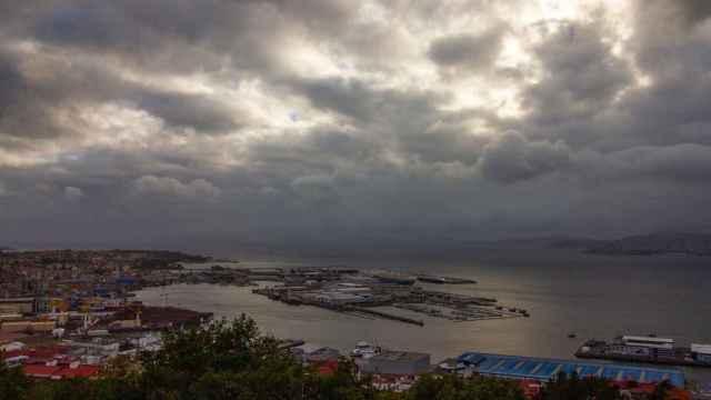 Al fondo, instalaciones del Puerto de Vigo. FOTO: Pixabay.