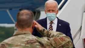 Joe Biden, presidente de EEUU, es saludado por un miembro del ejército a su llegada a Dover (Delaware).