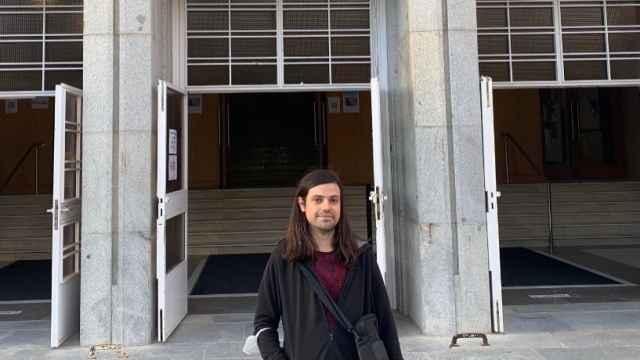 Ángel López, en la entrada de la Facultad de Física de la UCM.