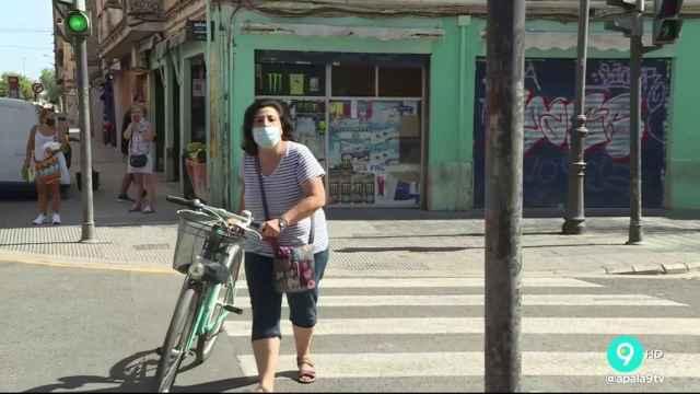 La entrevistada recuperando su bicicleta después del intento de robo.