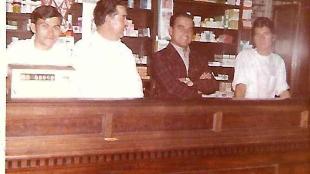 La familia Medina-Montoya, en la farmacia de Puerta del Mar.