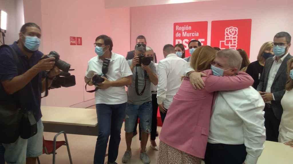 Vélez recibiendo el apoyo de varios pesos pesados del PSOE.