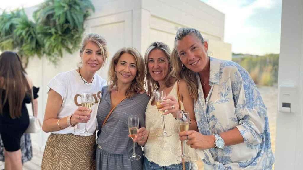 Raquel Sánchez, la segunda por la izquierda, con amigas.