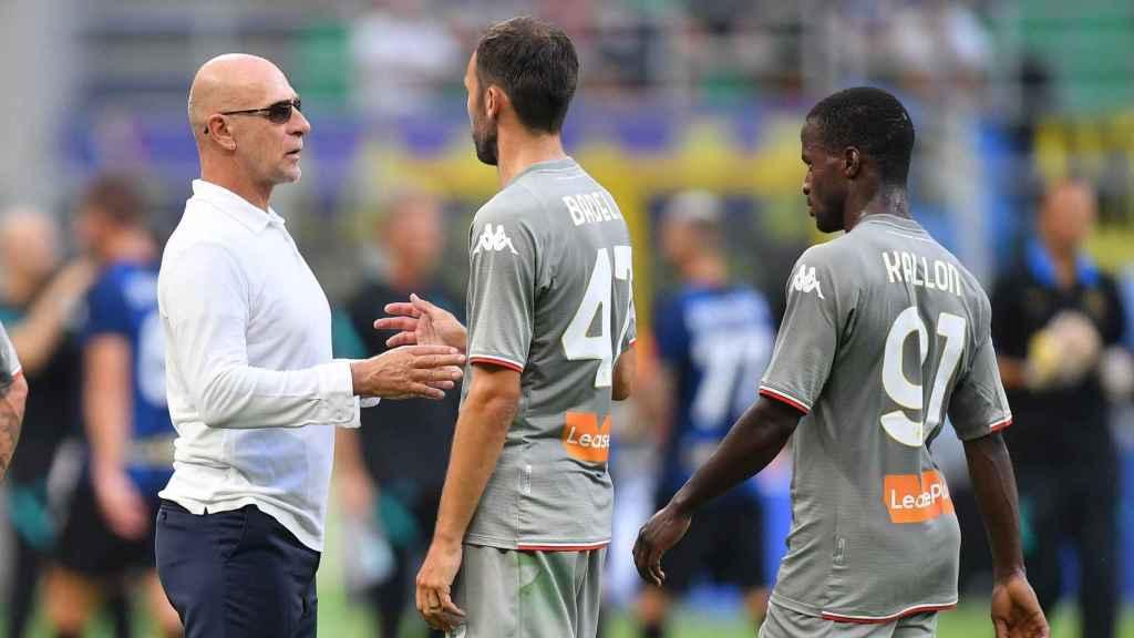 Davide Ballardini, entrenador del Genoa, hablando con Milan Badelj