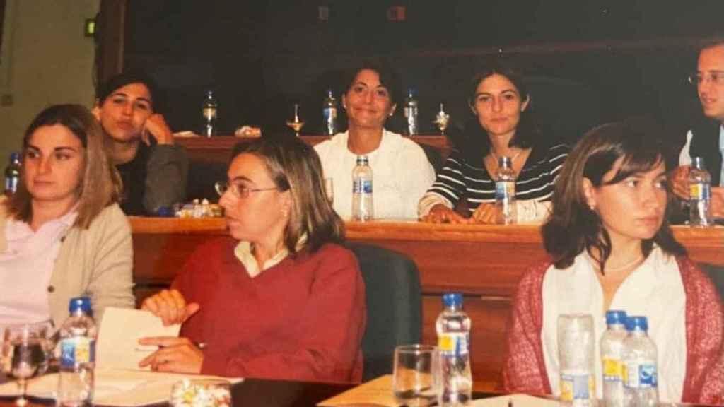 Raquel Sánchez (detrás, de blanco) en la Universidad de Barcelona, recién licenciada y con compañeros del despacho.