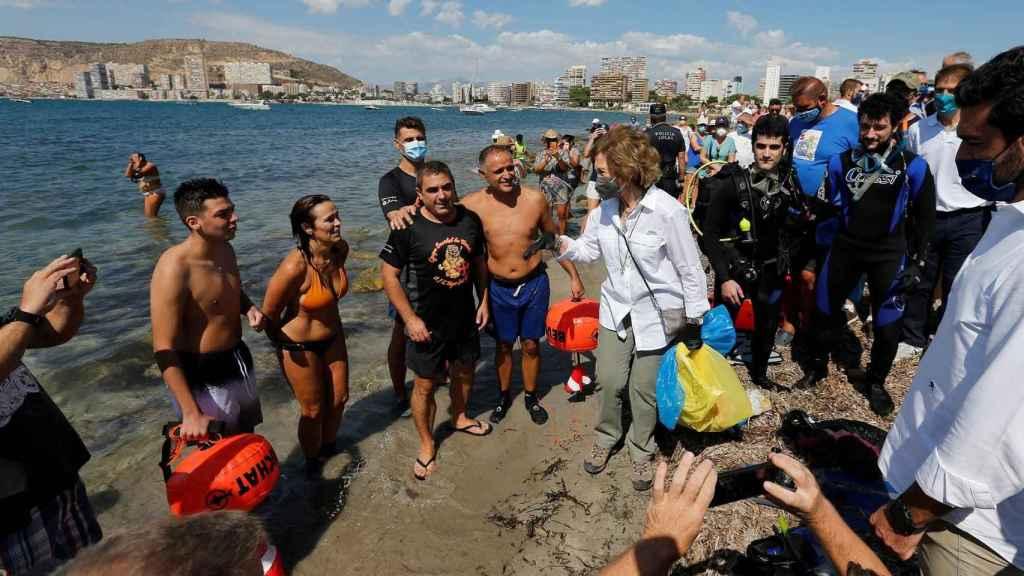 La Reina Sofía, recogiendo residuos a pie de playa en Alicante.
