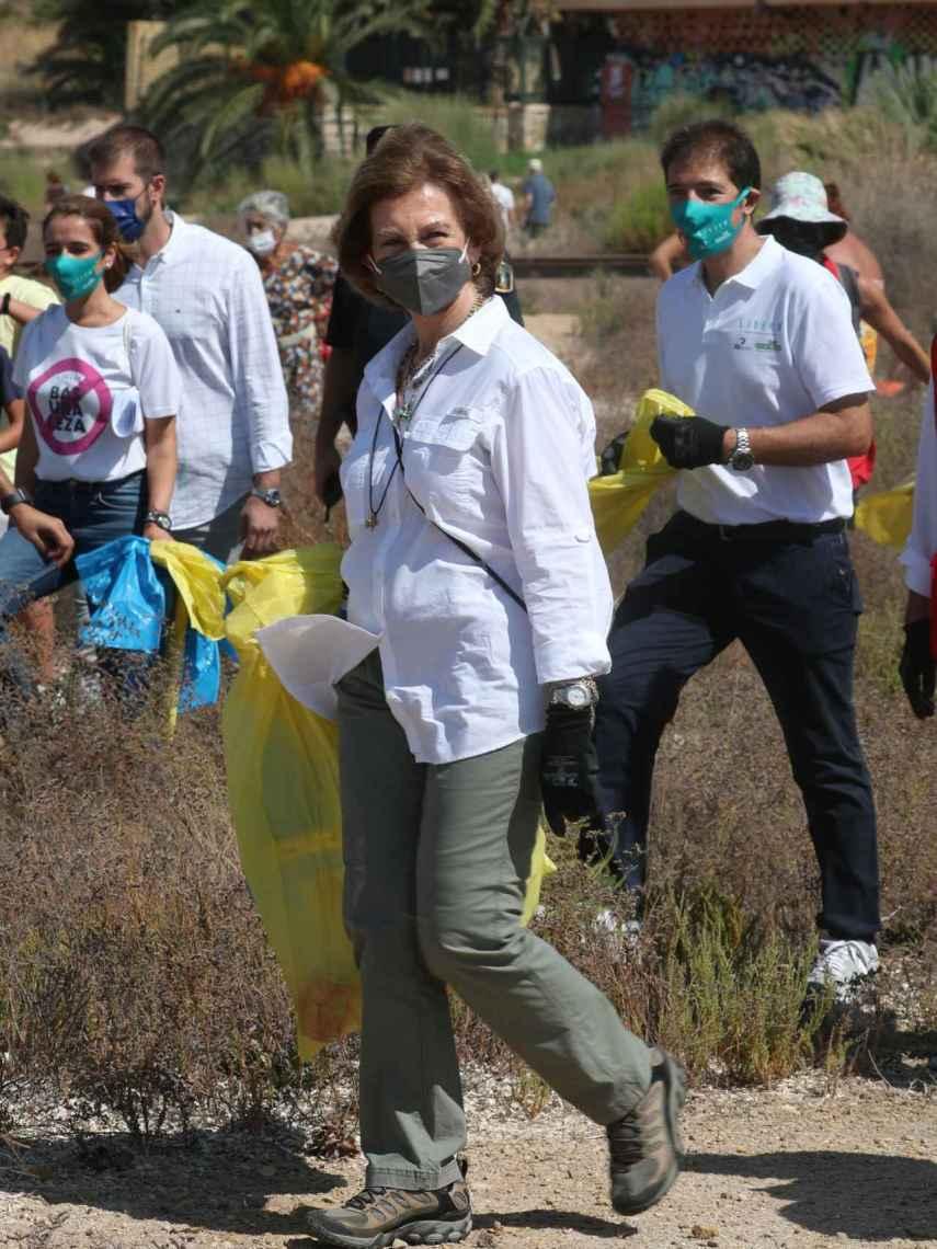 La reina se ha mostrado con guantes para introducir en los residuos en las bolsas amarillas y azules.
