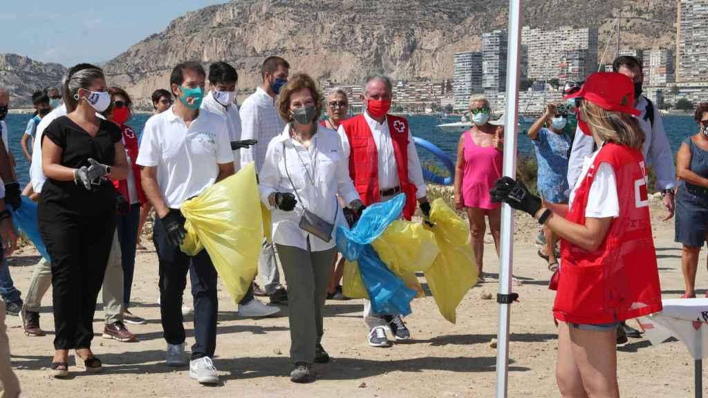 La reina Sofía ha sido una más en las varias decenas de voluntarios.