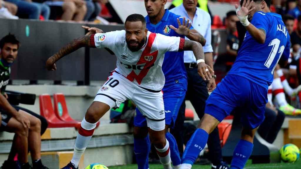Bebe pelea un balón en la banda en el Rayo Vallecano - Athletic