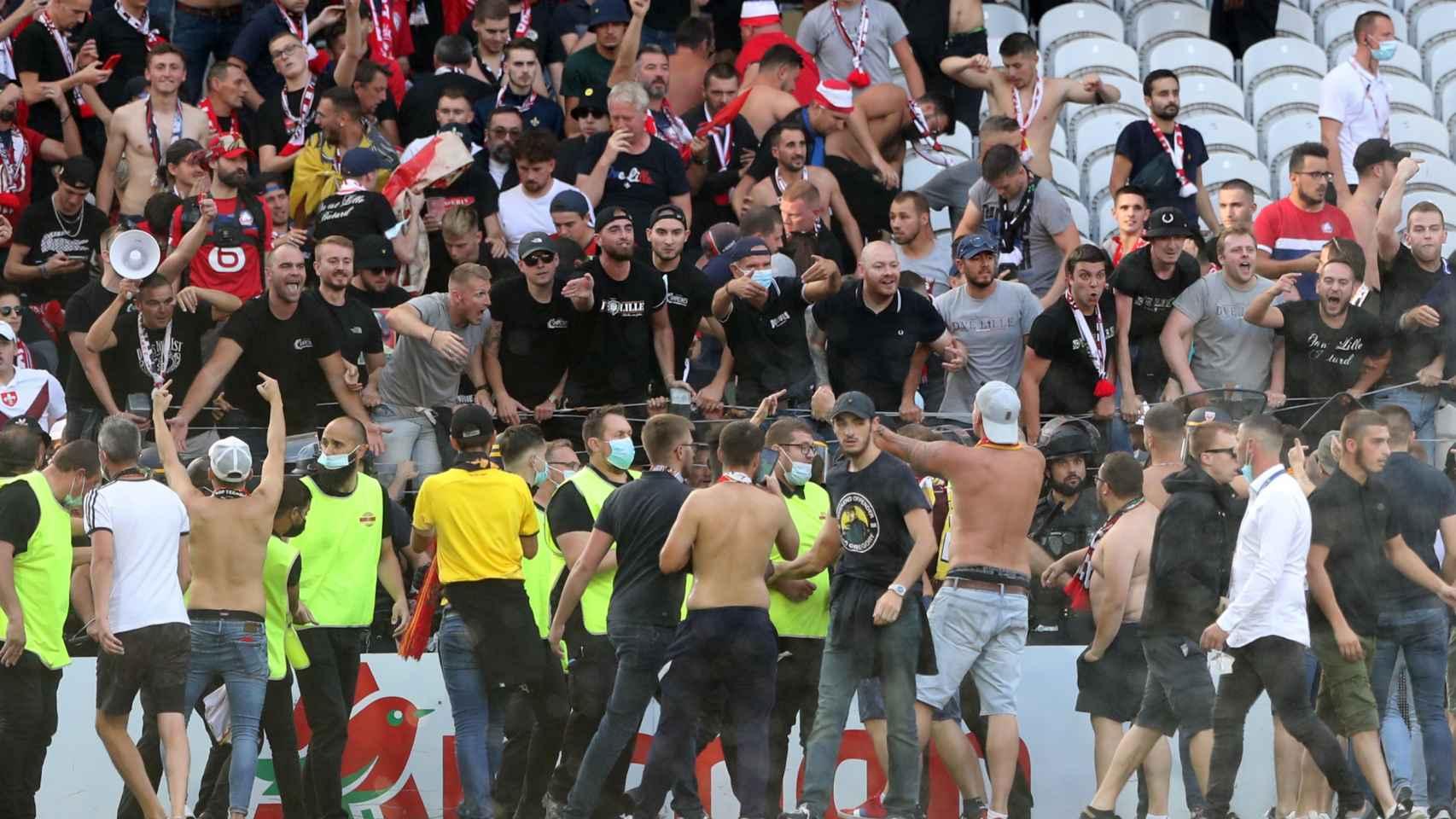 La invasión de campo de los ultras del Lens durante el partido frente al Lille