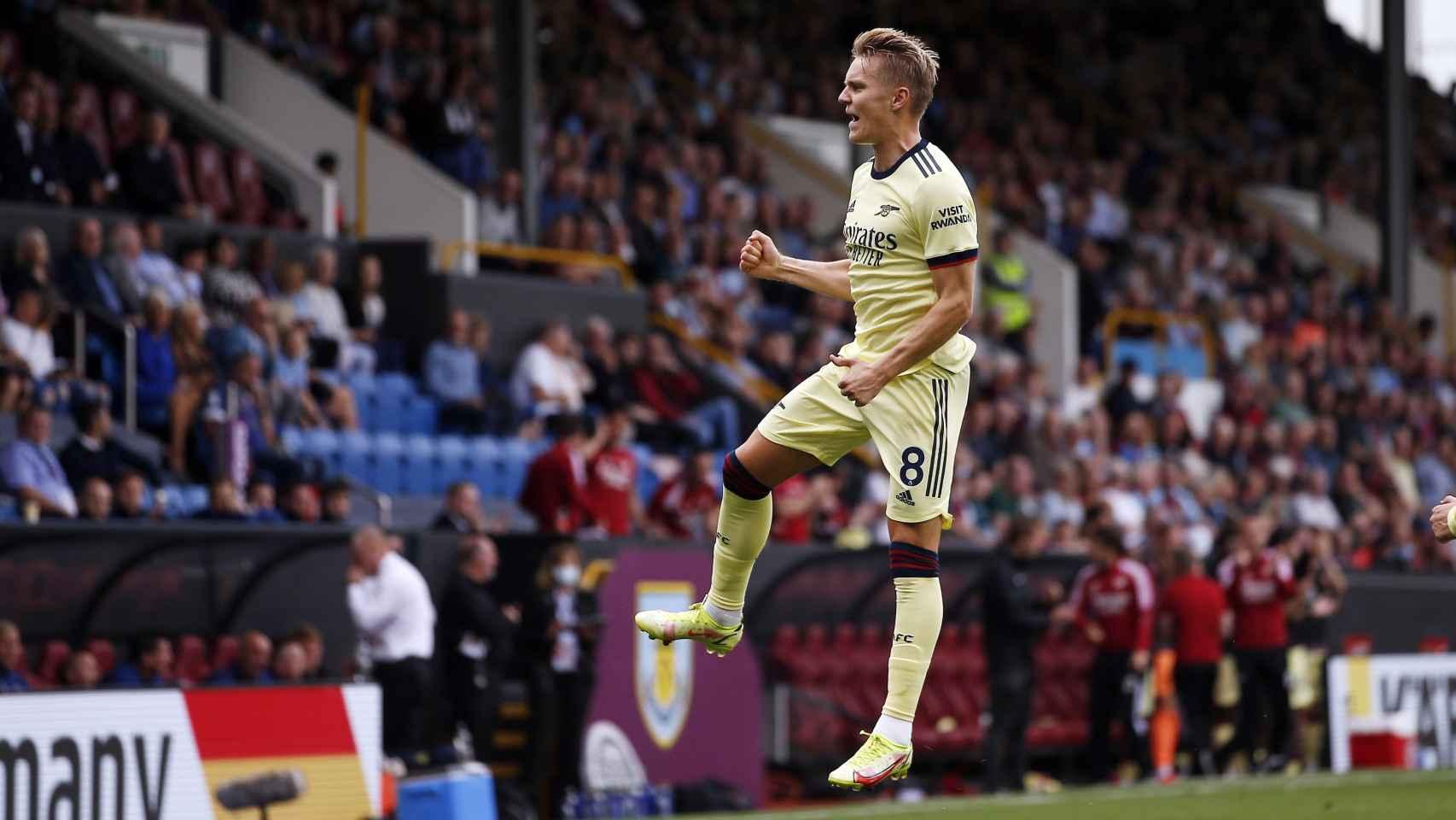 El gol y la celebración de Martin Odegaard de falta en el Burnley - Arsenal
