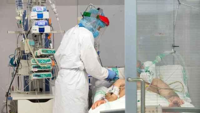 Un paciente siendo atendido en la UCI de un hospital castellano-manchego. Foto: Sescam.