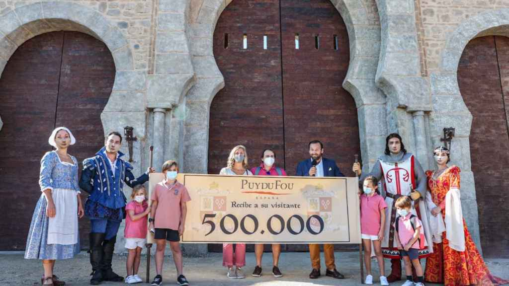 Sofía, una niña madrileña, ha sido la visitante 500.000 de Puy du Fou en Toledo.