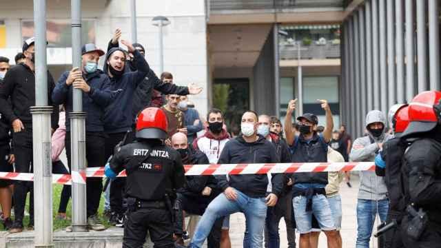 Un grupo de radicales increpa al presidente de Vox, Santiago Abascal.