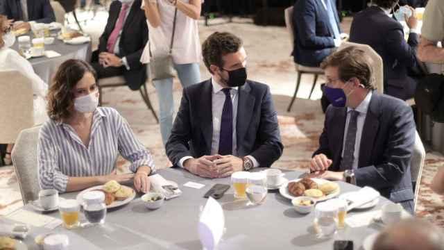 Casado ve a Ayuso y Almeida dos líderes estupendos que tienen sintonía para sentarse y decidir