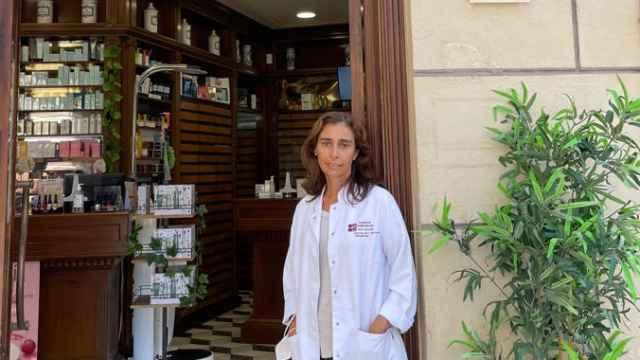 Cristina Rico, en la puerta de la farmacia en calle Puerta del Mar.