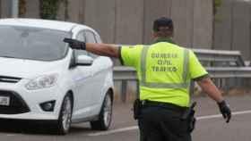 Un agente de la Guardia Civil ordena a un vehículo detenerse.