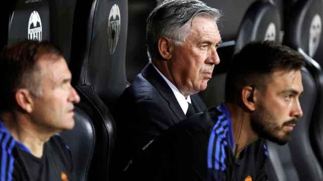 Carlo Ancelotti y su hijo Davide en el banquillo del Real Madrid