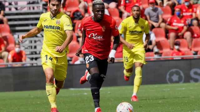 Manu Trigueros persigue a NDiaye en el Mallorca - Villarreal