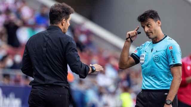 Gil Manzano llama la atención a Simeone durante el Atlético de Madrid - Athletic
