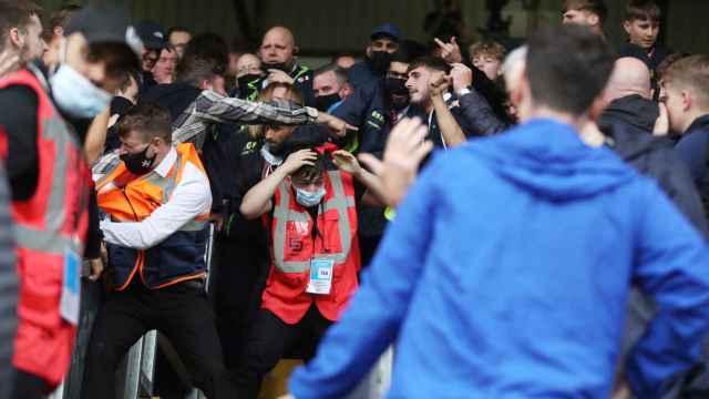 Pelea entre los ultras del Burnley y el Arsenal