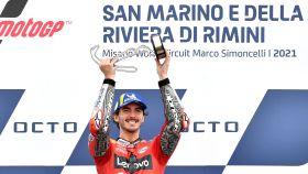 Pecco Bagnaia celebra su victoria en el Gran Premio de San Marino, en el circuito de Misano.