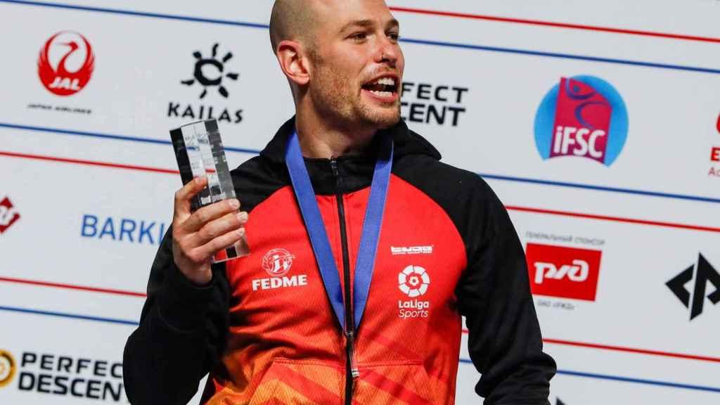 Erik Noya con su título de subcampeón del mundo en escalada