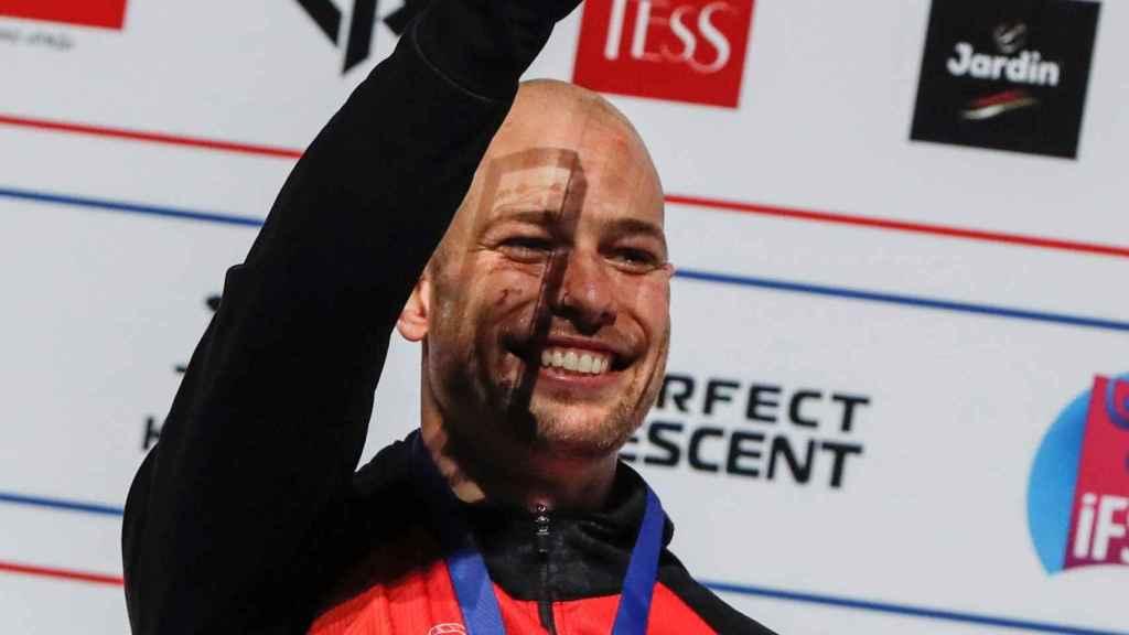 Erik Noya celebra su segundo puesto en el Mundial de Moscú 2021 en escalada