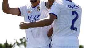 Óscar Aranda celebra un gol junto a sus compañeros del Castilla