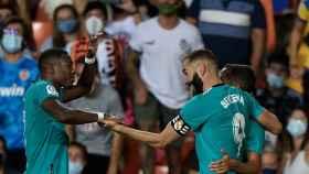 Karim Benzema celebra con Lucas Vázquez y David Alaba su gol al Valencia