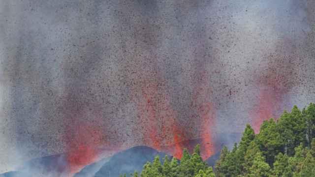 El volcán en plena erupción este domingo.