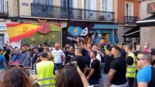 Un grupo de extrema derecha grita consignas homófobas en Chueca.