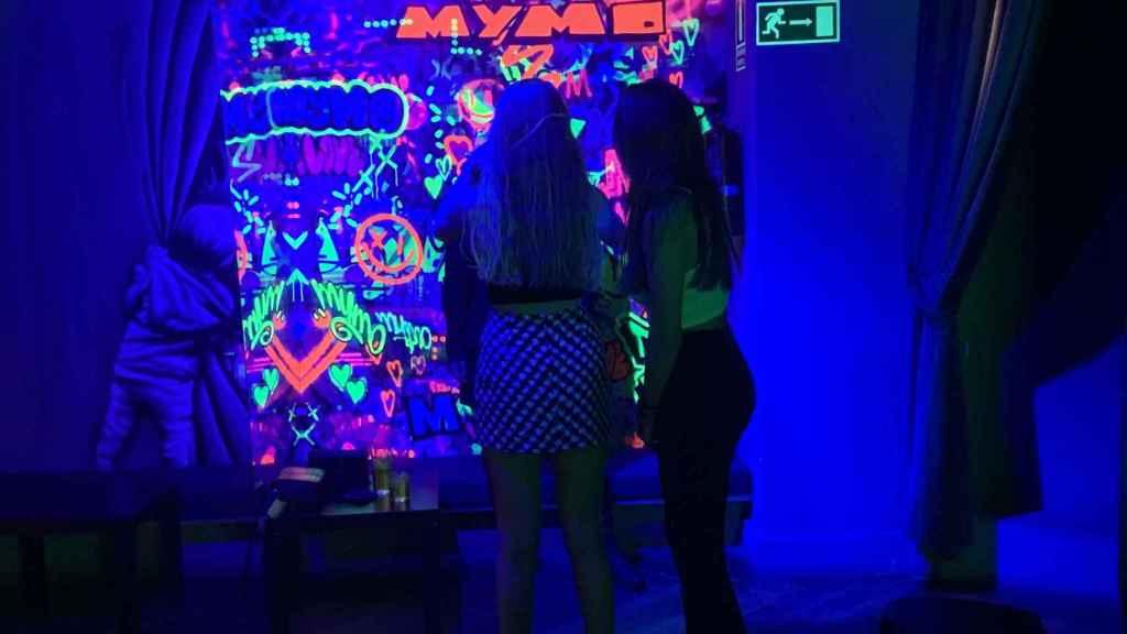 Dos jóvenes en el interior de una de las discotecas visitadas.