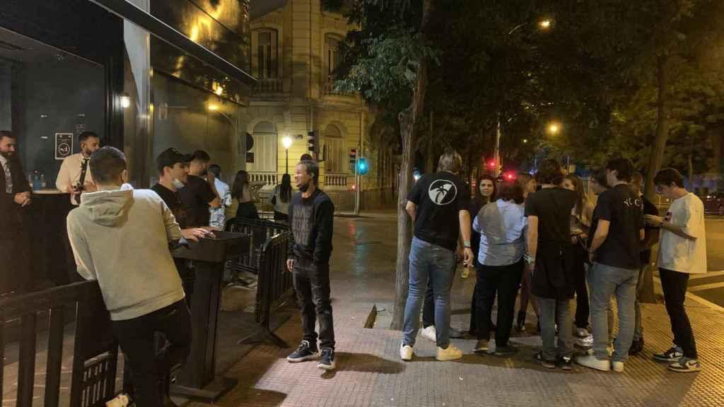 Un grupo de jóvenes en la puerta de una de las discotecas visitadas.