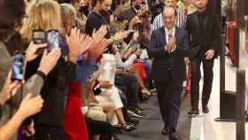 El público madrileño aplaude al diseñador toledano Félix Ramiro al concluir el desfile. Fotos: Ayuntamiento de Toledo.