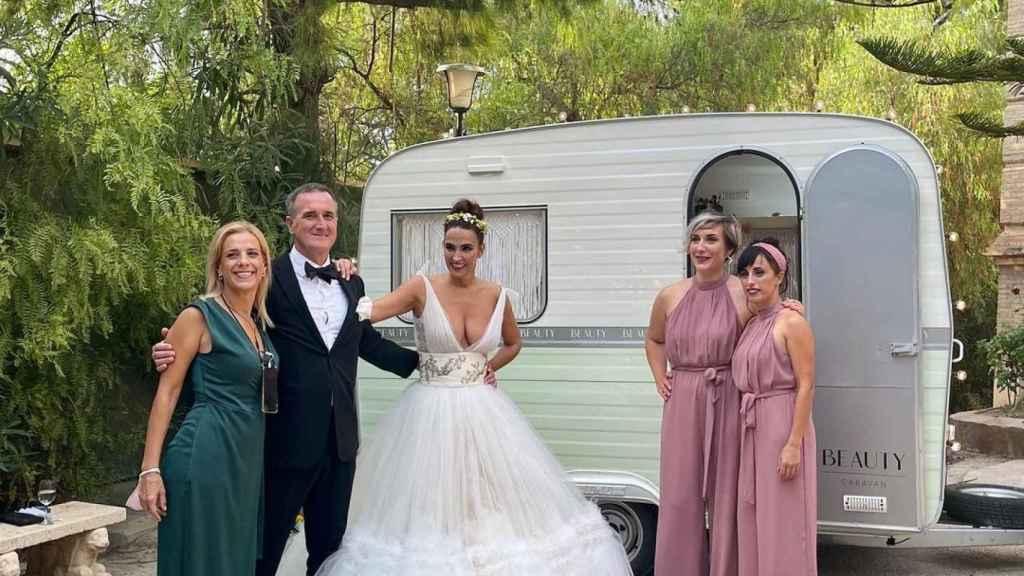 La estilista y su ya marido junto a su 'wedding planner' junto a la caravana vintage.