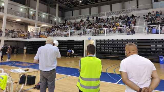 Medio millar de turistas fueron desalojados al pabellón Roberto Rodríguez Estrello de Santa Cruz de La Palma. Danios