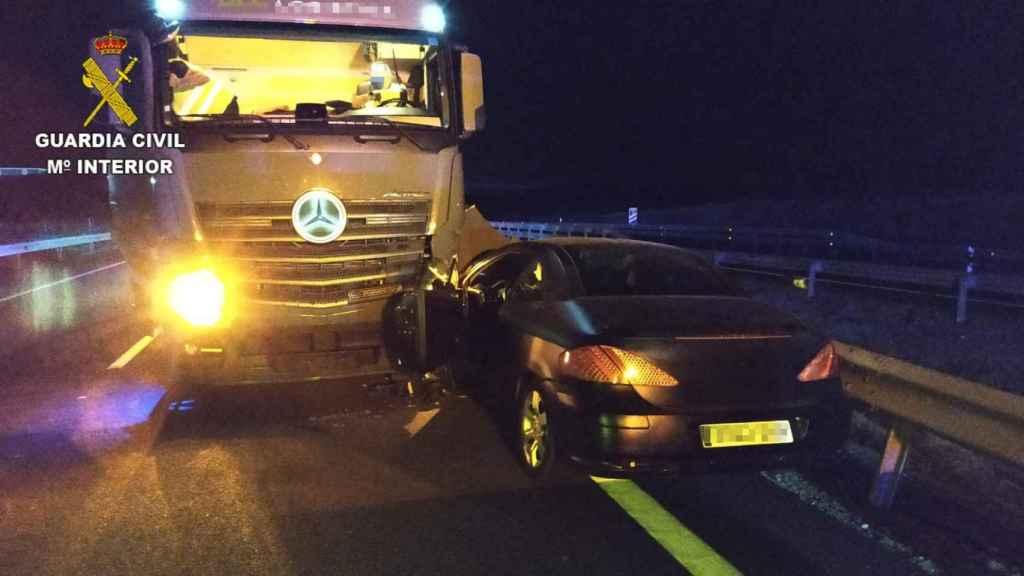 El vehículo accidentado tras circular en sentido contrario por la A-5. Foto: Guardia Civil.