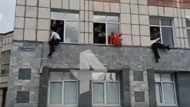 Varios estudiantes saltan las por la ventana durante el tiroteo.